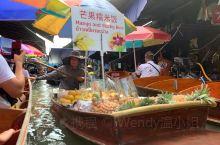 丹嫩沙多水上集市 中午到达集市,直接上船出发,一路上两岸都是纪念品小店,卖食物的船只穿插其中,随时要