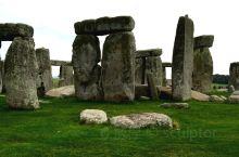 巨石阵  在英国威尔特郡索尔兹伯里平原上的巨石纪念碑。 它在大约公元前2950年的几个建筑阶段完成。