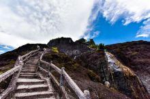 武夷山不仅因岩茶而闻名全球,更因绚丽无比的自然风光吸引海内外游客到此,这里是武夷山的天游峰,看起来非