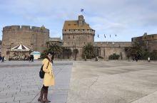 法国西北布列塔尼半岛上的圣马洛(Saint-Malo)是一个桅杆林立的古老港口,曾经因为抗击海盗而出