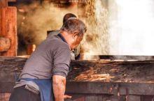 广西桂林漓水人家古村落有这样一群老匠人,年龄最大的将近80岁,最小的也年过半百。他们每天在古村里酿酒