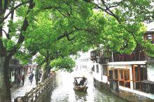 朱家角是离上海最近的古镇,坐地铁就可到达。虽然江南的古镇都以小桥流水人家为基本元素,但把古镇的图片编