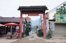 如果去老挝的万荣游玩,可以尝试着前往当地的老式酒店入住。 这些老酒店有着悠久的历史,门口看上去破破烂