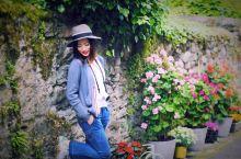 法国最美小镇 鲜花小镇伊瓦尔小镇 15分钟左右的船程,从瑞士到了法国,迎接我们的是伊瓦尔的鲜花。不愧