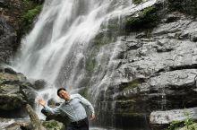 瀑布下的空气清新湿润,融入自然,怀抱大地