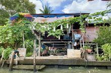 丹嫩沙多水上集市 一个当地居民生活有着密切联系的场所 一条条卖货的小船在运河上交错往来 加上河边上那