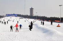 青云山滑雪场~~~ 滑雪场建有100米至260米的初级滑雪道2条,300米至400米的中级滑道2条,