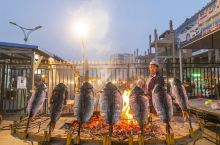 品尝新疆美食最地道的方式,自然不是去什么颇有名气的店里点一顿大餐,而是——夜市。幕天席地,通畅透气,