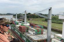 中国商船通过巴拿马运河船闸