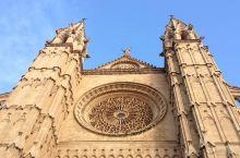 来看看建筑学上的奇迹吧  【门票】参观 马略卡岛  帕尔马 大教堂4欧元/人。 【开放时间】每年的4