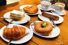 塞维利亚人气早午餐 塞维利亚的早上由此开始,人气很旺的早餐店,来吃的大都是当地人。 元气满满的早餐~