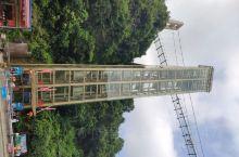 周末到英德宝晶宫一游。玻璃天桥,从下往上看,高耸入云,现在上面往下看,腿停住了,不过还是走过去了。
