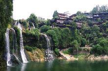 一座美丽宁静的小镇,一部电影使之闻名,一款食物让人忍不住品尝,这就是湘西的芙蓉镇。小桥流水,亭台楼阁