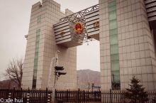 路过图们铁路国门,通过图们江国境铁路桥,铁路与朝鲜铁路接轨,可直达朝鲜罗先地区;图们——朝鲜豆满江—