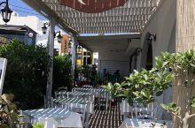 Anestis 离开圣托里尼岛的中午在伊莫洛维里镇这家店吃的午餐。餐馆在一家超市旁边,去超市买东西发