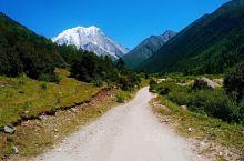 """雅拉雪山,在藏区的地位非常特殊,它是藏区四大神山之一,藏语全称为""""夏学雅拉嘎波""""(意为东方白牦牛山)"""