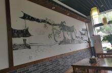 寅春是个连锁加盟牌子。这家在圣泉对面。 第一次吃焖面,很赞,是砂锅煲端上来的,类似焗菜煲的做法,褐色