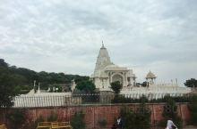 """全称为""""比拉·拉克希米·纳拉扬庙"""",是一座巨大宏伟而且现代化的大理石建筑,由印度大工业家Birla出"""