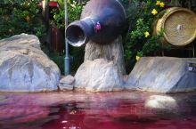 弥勒温泉名气很大。鑫甲玉泉温泉旅游度假村,位于弥勒梅花寨梅花温泉小学旁,属大型温泉度假村,占地面积3