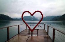 """布莱德湖(Lake Bled),位于Slovenia西北部的阿尔卑斯山南麓,""""三头山""""顶部积雪的融水"""