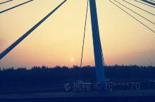从风车站可以过桥到河对面的游客服务中心,双曲景观桥,看外观是座拉索桥,不是很长,桥中间是悬空的,桥上