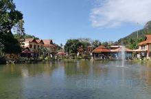 东方村开的店不多,玩完天空之桥下来湖边喝了杯鲜榨果汁还不算贵。湖里面还有小鳄鱼在游。