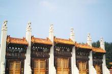 崇陵是中国历代皇帝中的最后一座陵寝,地宫中合葬着光绪帝和隆裕皇后。整个陵区也保存的较完整。