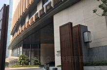 """走进广州一扇""""神秘的大门""""!这是广州最近新营开张的,也目前广州最高的豪华酒店:瑰丽酒店。""""红大门""""也"""