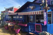 色彩斑斓的木屋,别具特色的点缀,小镇的居民格外懂得生活~ 与温哥华的渔人码头相比,维多利亚的规模不大