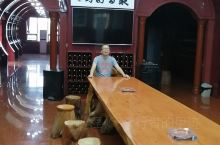 黄家酒庄在定州东亭镇,在定州到安国的路边。参观需门票30元,不值。酒庄不大,一部份是酒文化和产品展示