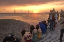 看夕阳是最休闲的旅游活动。这次在台湾海峡旁看到的夕阳风景堪称最美。刚刚还在象山半边山念叨台湾,不多久
