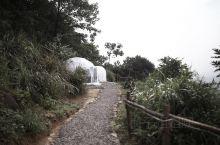 重庆周边悬崖泡泡屋,一人承包一座山   最开始划过这家民宿时,被它夕阳落日下的悬崖泡泡屋和夜晚躺在床