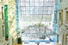 新加坡国家美术馆,本身就是建筑精品,徜徉其中欣赏画作,方寸之间的空气里都弥漫着艺术和美的气息。  应