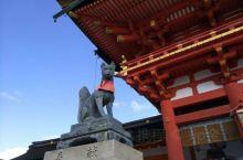 继续前行,来到伏见稻荷大社     深受京都人爱戴的神社之一,香火最为旺盛,这儿最大的看点是