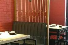 京韵胡同的装修真的老北京风格,周末的中午人也不少,都是二三个人的,一个羊蝎子火锅,加上热气羊肉,一点