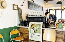 上海愚园路上的咖啡馆Gregorius,所有的家具和装饰都散发出复古的味道。在露天的小院里,喝一杯拿