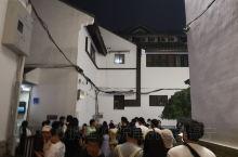 乌衣巷位于南京市秦淮区秦淮河上文德桥旁的南岸,地处夫子庙秦淮风光带核心地带,是中国历史最古老而著名的