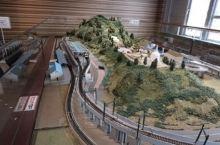 馆里有分室外及室内,室内有两楼,全部都是与铁道有关的资料,而室外就摆放了两架电车,一新一旧的电车形成