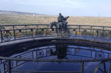 新疆克拉玛依市黑油山,就在克拉玛依市区边上,景区不大,有一个小时就足够了。 这里是因为石油埋藏浅,石