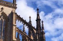 假期出门浪 @ 圣巴巴拉大教堂  欧洲的秋天,真的是阴冷而捉摸不定的样子,进咖啡铺子的时候,还是阴雨