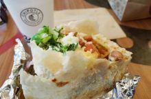 Chipotle是一家主打墨西哥风味的美国快餐,市场定位是快餐里最健康;健康食品中最便宜。号称选择使