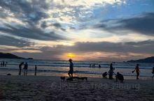 芭东海滩,多美的夕阳啊 芭东海滩  。想起去泰国的旅行,在芭东海滩那天下午遇到的夕阳是最美的。天空中
