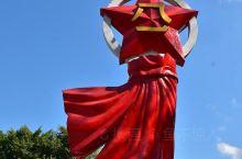 """""""八一""""起义军三河坝战役纪念园位于三河镇汇东村笔枝山顶,占地面积18万平方米,为全国重点烈士纪念建筑"""