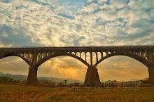 在罗定看见一项非常壮观的工程 令我们大开眼界 从下面看的时候,我一直以为是一座桥 当看见他的真面目时