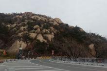 云门山,山东潍坊青州,初冬来到云门山,山上的松树粗壮,遮天蔽日,山顶有刻在石壁上的寿字,有云可以通过
