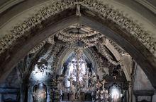 距离布拉格一小时火车程的小镇库特纳霍拉可是大有名气,因为早期地下银矿的开采和交易,为中世纪的库特纳霍