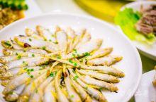 跟一群吃货到洋山,点了洋山四宝:风尾鱼、海瓜子、水白虾、海蜇,再配几个如清蒸东海小眼梅鱼,香辣蟹,烤