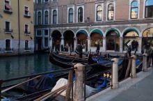 在威尼斯,坐在具有1000多年历史的贡多拉小舟上,徜徉在小河中,由于许多地方河道很窄,你就放佛穿梭在