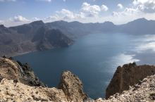 很幸运,在长白山的北坡看到了天池,海拔两千多米的高度,在这个秋天很友好,错开十一的高峰期,人不是特别