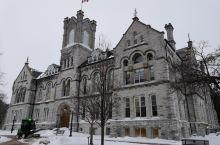 金斯顿皇后大学 金斯顿是加拿大安大略省的一座小城,离渥太华两个小时的火车车程,它的知名景点只有两个,